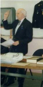 Pierre Péru présente son témoignage aux élèves.