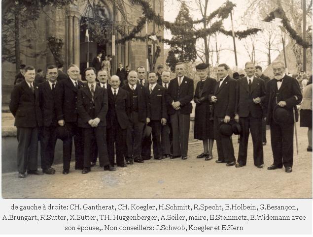 Installation du Curé Habig en 1946, le conseil municipal devant l'église