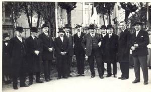 Le Maire Catté entouré par une partie du Conseil Municipal et de Fabrique vers 1935