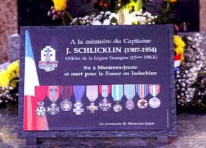 La plaque commémorative offerte par la commune de Montreux-Jeune