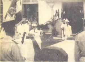Obsèques des Capitaines Joseph Schlicklin et Jacques Chanteloz le 27 décembre1954 à Saigon. Le Général Le Van Thy épingle l'Ordre National sur le cercueil du Capitaine Schlicklin