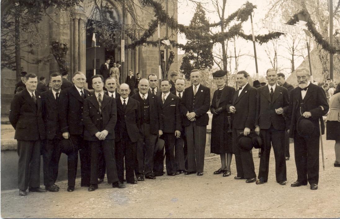 L'installation du curé Habig en 1946, le conseil municipal devant l'église